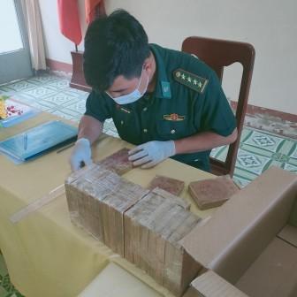 Đồn Biên phòng Cửa khẩu Long Bình bắt vụ vận chuyển 20 bánh ma túy 7,0614 kg