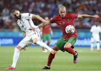 Ronaldo san bằng kỷ lục, Bồ Đào Nha chật vật qua vòng bảng