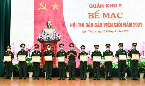 Đại tá Nguyễn Thúc Linh, Phó Chính ủy Bộ Chỉ huy Quân sự tỉnh An Giang đoạt giải ba đối tượng cấp trên cơ sở tại Hội thi Báo cáo viên giỏi cấp quân khu