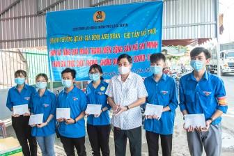 Liên đoàn Lao động TP. Long Xuyên thăm, tặng quà đoàn viên, thanh niên tham gia trực chốt phòng, chống dịch bệnh COVID 19 tại Vàm Cống
