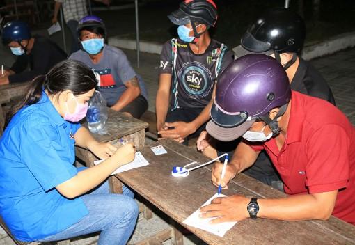 Xuyên đêm cùng những thanh niên tình nguyện phòng, chống dịch