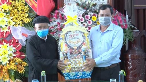 Bí thư Huyện ủy Phú Tân Huỳnh Thành Danh thăm, chúc mừng đại lễ 18-5