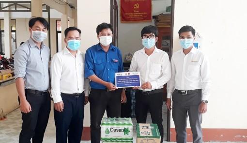 Tặng quà lực lượng tham gia phòng, chống dịch bệnh COVID-19