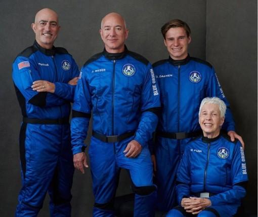 Tỷ phú người Mỹ Jeff Bezos bay vào vũ trụ thành công