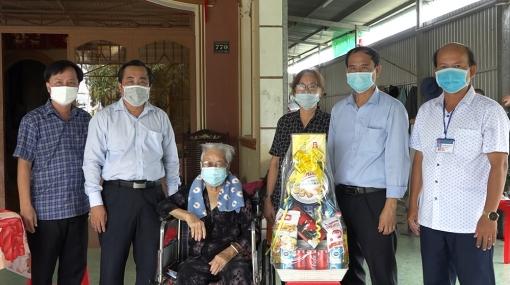 Thăm, tặng quà các mẹ Việt Nam Anh hùng và gia đình chính sách tiêu biểu huyện Châu Phú