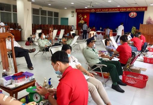 Ngày 26-7, Bệnh viện Đa khoa Trung tâm An Giang tổ chức tiếp nhận người dân đến tham gia hiến máu