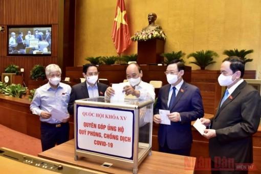 Các đại biểu Quốc hội quyên góp ủng hộ Quỹ phòng, chống dịch COVID-19