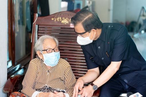 Bí thư Tỉnh ủy An Giang Lê Hồng Quang thăm, tặng quà các mẹ Việt Nam Anh hùng nhân kỷ niệm 74 năm ngày Thương binh - Liệt sĩ