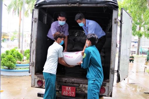 Lữ đoàn Pháo binh 6 hỗ trợ nhu yếu phẩm cho người dân