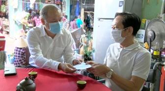 Trưởng Ban Dân vận Tỉnh ủy An Giang thăm, tặng quà các gia đình chính sách huyện Phú Tân