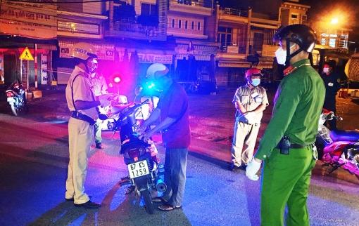 Công an huyện Tịnh Biên xử phạt 67 trường hợp ra ngoài không có lý do chính đáng trong đêm 27-7