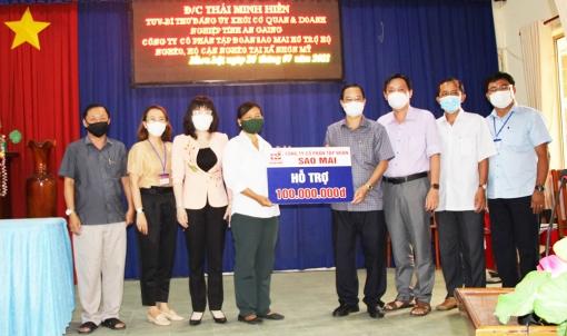 Bí thư Đảng ủy Khối Cơ quan và Doanh nghiệp An Giang cùng các đơn vị tài trợ trao tiền hỗ trợ người dân huyện Chợ Mới phòng, chống dịch COVID-19