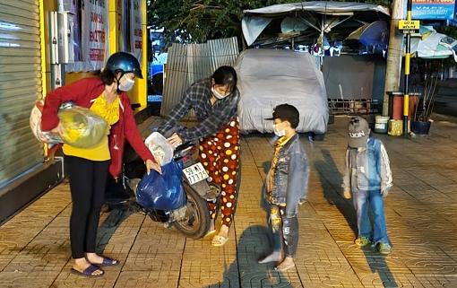Cảnh sát Giao thông trật tự Công an huyện Phú Tân giúp gia đình vừa hoàn thành cách ly được về nhà trong đêm