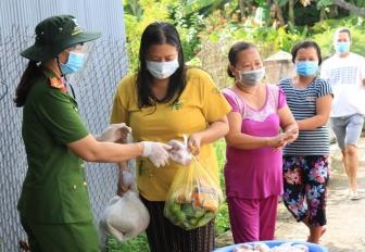 Công an TP. Long Xuyên trao quà cho các hộ dân sống ở nhà trọ