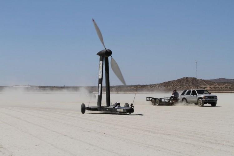 Xem chiếc xe hoạt động bằng sức gió chạy nhanh gấp đôi gió