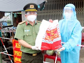 Công an tỉnh An Giang tặng lương thực, thực phẩm cho người dân gặp khó khăn ở các khu vực bị phong tỏa
