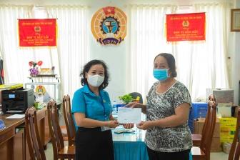 Liên đoàn Lao động TP. Long Xuyên hỗ trợ khẩn cấp cho đoàn viên, người lao động bị ảnh hưởng bởi dịch bệnh COVID- 19