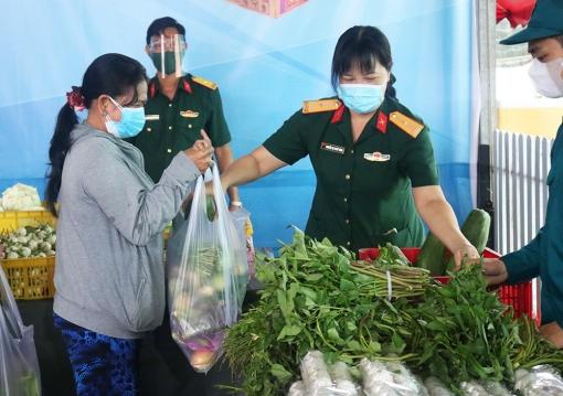 """""""Gian hàng 0 đồng"""" lực lượng vũ trang tỉnh An Giang trao hơn 2.500 suất quà sau 7 ngày hoạt động"""
