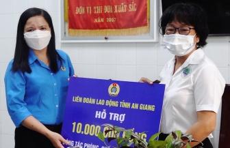 Liên đoàn Lao động tỉnh  An Giang và Công đoàn ngành y tế tỉnh thăm và tặng quà lực lượng y tế Thoại Sơn