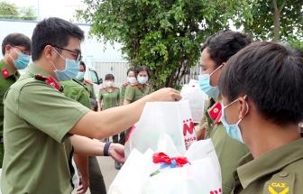 Thăm, tặng quà các chốt phòng, chống dịch trên tuyến biên giới ở Tịnh Biên