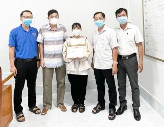 Thăm, khen thưởng tình nguyện viên bị thương khi làm nhiệm vụ phòng, chống dịch bệnh COVID-19
