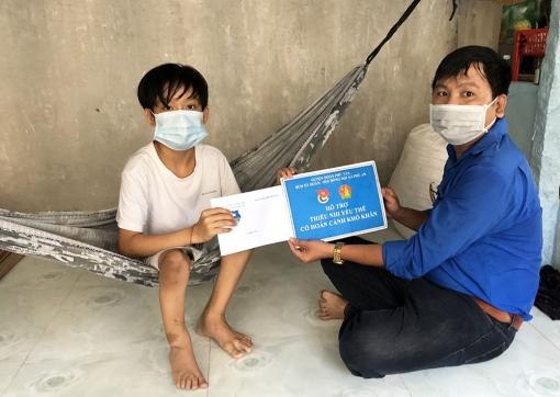 Huyện đoàn Phú Tân tặng quà cho trẻ em hoàn cảnh khó khăn