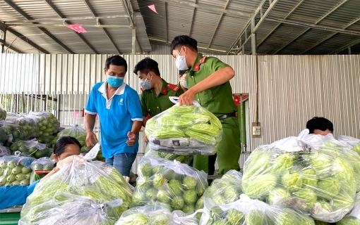 Chợ Mới chung tay chia sẻ khó khăn với người dân