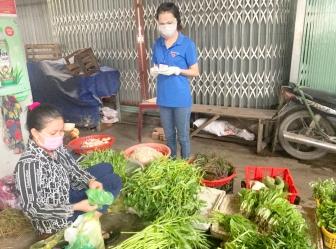 """Thanh niên Tịnh Biên đi chợ giúp dân trong """"mùa COVID-19"""""""