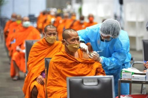 COVID-19 tại ASEAN hết 1-8: Vượt 150.000 ca tử vong; Campuchia tiêm trộn vaccine mũi 3