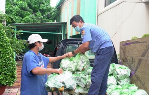 Báo An Giang tặng 300 phần quà cho người dân bị ảnh hưởng dịch bệnh COVID-19 trên địa bàn TP. Long Xuyên