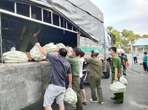UBMTTQVN huyện Châu Phú phối hợp Công an huyện chuyển 18 tấn rau, củ, quả đến Công an TP. Thủ Đức