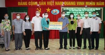 Đảng ủy Khối Cơ quan và Doanh nghiệp An Giang cùng các đơn vị tài trợ trao 200 triệu đồng hỗ trợ người dân huyện Chợ Mới phòng, chống dịch COVID-19
