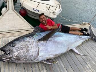 Cần thủ câu được con cá ngừ nặng 328kg