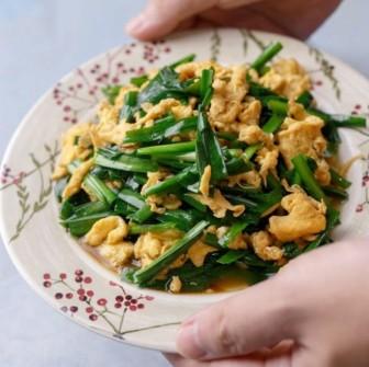 Ở nhà mùa dịch, đổi món với trứng chiên lá hẹ