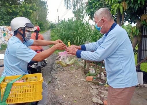 Đi chợ giúp dân giữa mùa dịch