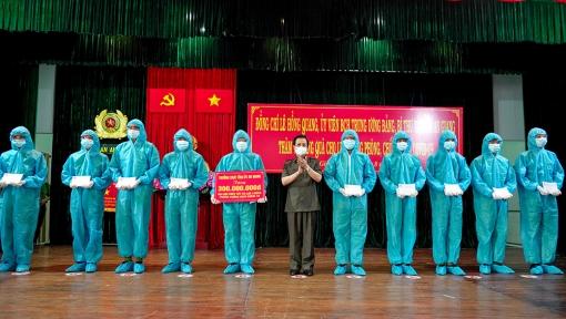 Lãnh đạo tỉnh An Giang thăm, tặng quà lực lượng công an làm nhiệm vụ phòng, chống dịch COVID-19