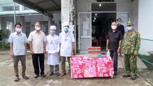 Bí thư Huyện ủy Tri Tôn Cao Quang Liêm động viên lực lượng y tế chống dịch