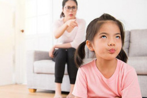 Con hay đổ lỗi cho em nhỏ, cha mẹ nên làm gì?