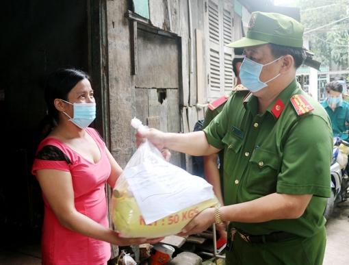 Phòng Cảnh sát Thi hành án hình sự và Hỗ trợ tư pháp Công an tỉnh An Giang tặng 500 phần quà cho người dân gặp khó khăn