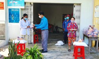 Trao 1.400 phần quà hỗ trợ hộ nghèo ở Tịnh Biên do ảnh hưởng dịch COVID-19