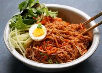 Cách làm mỳ trộn lạnh Hàn Quốc chuẩn vị