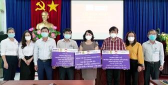 BIDV chi nhánh An Giang tặng 1.500 bộ đồ bảo hộ và 1.500 khẩu trang N95 cho ngành y tế An Giang phòng, chống COVID-19