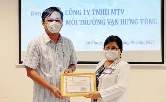 Công ty TNHH MTV Môi trường Vạn Hưng Tùng tặng 1.400 bộ trang phục phòng, chống dịch COVID-19 cho Bệnh viện Đa khoa Trung tâm An Giang