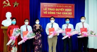 Huyện ủy Châu Phú trao quyết định điều động, bổ nhiệm 5 cán bộ