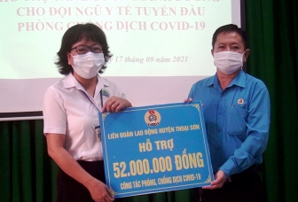 Liên đoàn Lao động huyện Thoại Sơn tặng phiếu mua hàng cho y, bác sĩ tuyến đầu chống dịch