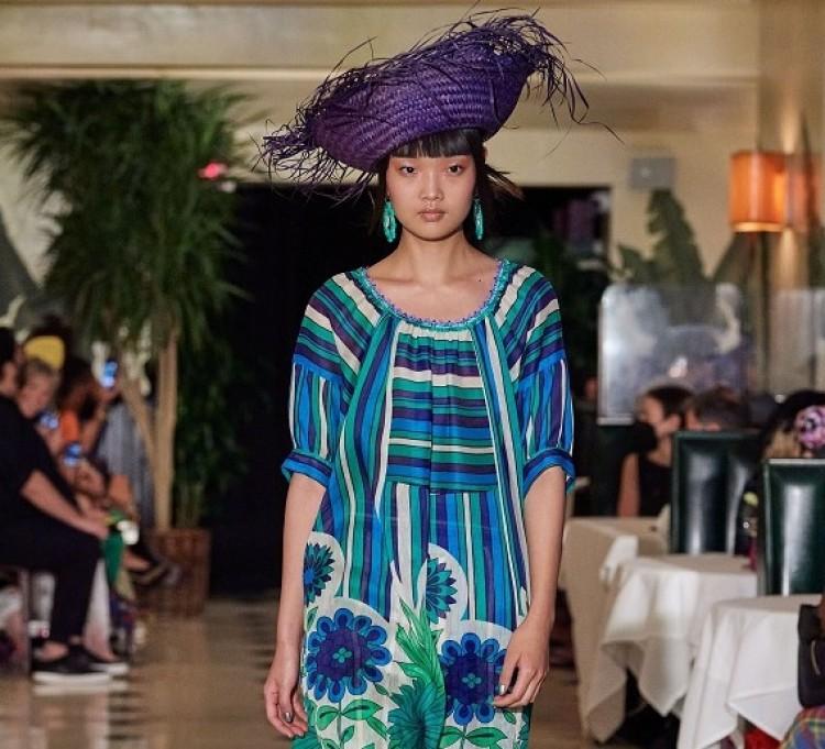 Váy bên ngoài quần: Xu hướng Y2K nổi bật mùa này