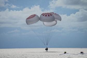 Phi hành đoàn dân sự đầu tiên hạ cánh an toàn sau ba ngày du hành quỹ đạo