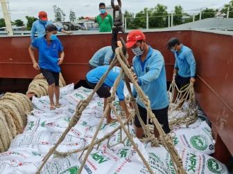 Bộ Tư lệnh Vùng 2 Hải quân đưa tàu hỗ trợ chở hàng đến An Giang