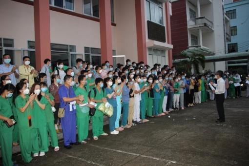Trên 200 y bác sĩ tỉnh An Giang ra quân chi viện thực hiện chiến dịch xét nghiệm SARS-CoV-2 cho toàn dân huyện Phú Tân