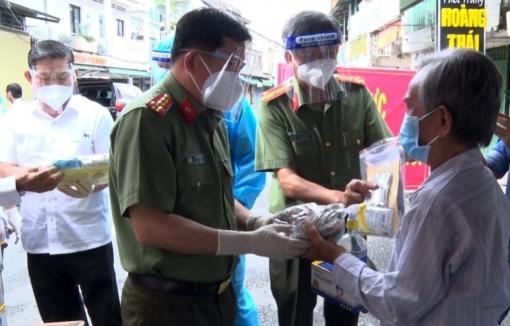 Công an tỉnh An Giang đến thăm và trao quà cho người dân huyện Phú Tân